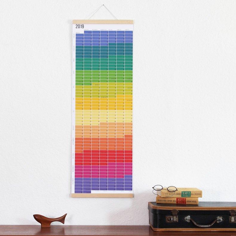 Den Wi-La-No-Wandkalender für 2019 gibt es in zwei Varianten: Regenbogen und Pastell.